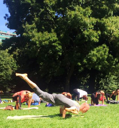 Open-air sunday yoga classes in Hyde park in London